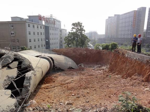 水塔倒塌在  预先铺垫的缓冲土层上